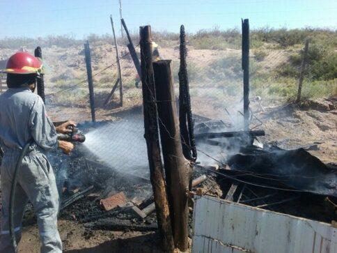 Catriel25Noticias.com incendio-preiss1-484x363 Incendio consumió una casilla y parte de un auto Destacadas LOCALES