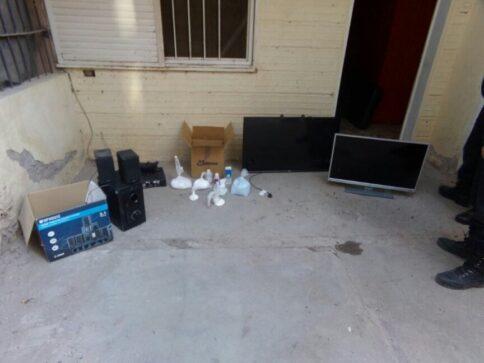 Catriel25Noticias.com allanamiento-200-4-484x363 Catriel. Policía secuestró droga, dinero y aparatos electrónicos. Un detenido Destacadas LOCALES NOTICIAS