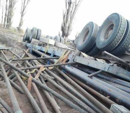 Catriel25Noticias.com ac-don-pedro1 Peñas Blancas. Camión volcó en curva peligrosa Destacadas LOCALES NOTICIAS