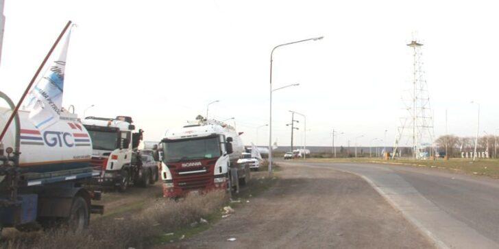Catriel25Noticias.com camioneros-corte-catriel-728x363 Crisis petrolera. Camioneros levantó el paro pero siguen los despidos Destacadas LOCALES NOTICIAS