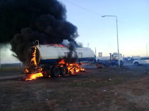 """Catriel25Noticias.com camioneros-corte-catriel2-484x363 Crisis petrolera. Incendian un camión. Bélich: """"Esta guerra recién empieza"""" Destacadas LOCALES NACIONALES NOTICIAS"""