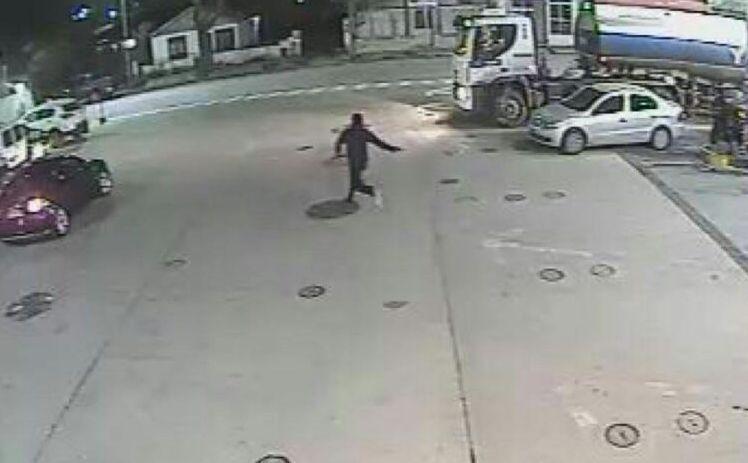 Catriel25Noticias.com ypf-robo3 Policía busca a asaltante de la capucha. Secuestran auto con pedido de captura Destacadas LOCALES NOTICIAS