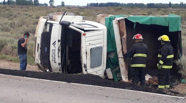 Catriel25Noticias.com camion-vuelco2-651x363 Catriel: Camión de Vialidad volcó en la ruta 151 Destacadas LOCALES