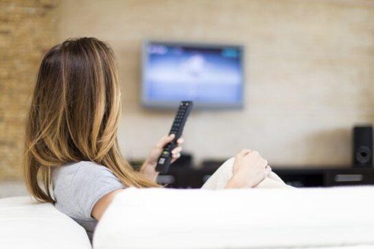 joven mujer viendo television 52137 7141 - Catriel25Noticias.com