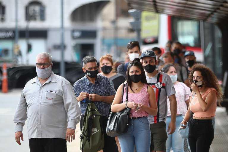 """Covid 19. Récord de contagios en Argentina: qué significa el """"efecto espejo"""" con Europa según los especialistas"""