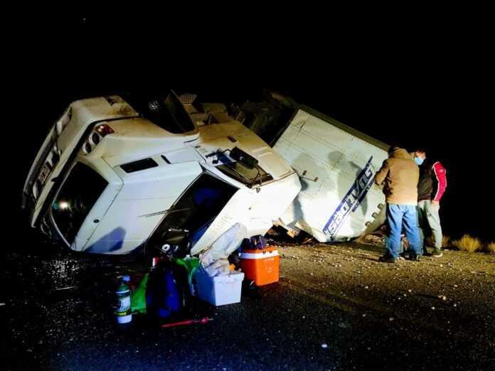 Casa de Piedra: Volcó un camión con carga de Mercado Libre